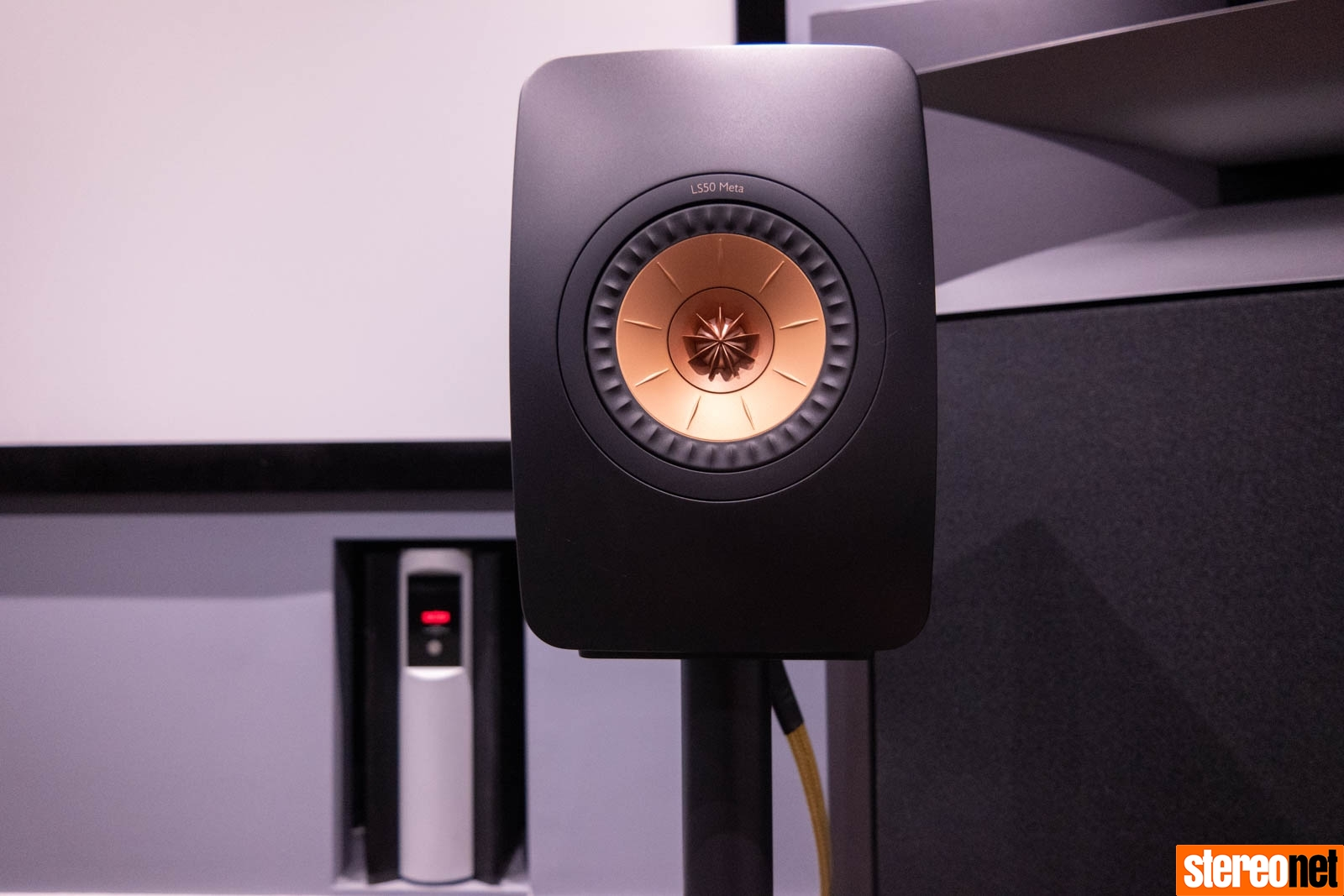 KEF LS50 Meta állványos hangsugárzó teszt a Stereonet oldalán
